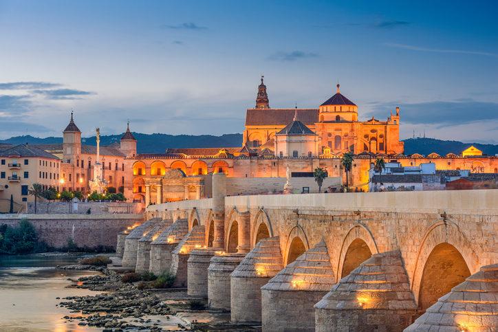 Le superbe pont romain et la célèbre Mosquée-Cathédrale de Cordoue.
